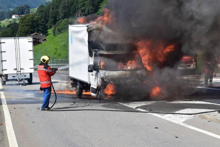 Der Lieferwagen brannte heute in Saas im Prättigau.