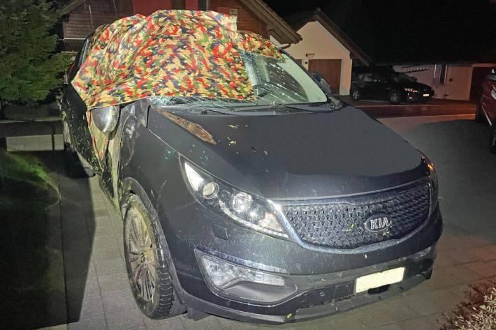 Unfallverursacher deckt Unfallauto mit Militärblachen in Entlebuch LU ab.