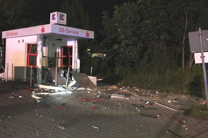 Durch die Detonation wurde in Kamp-Lintfort der Pavillon stark beschädigt