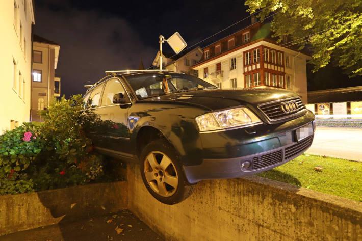 Bei Selbstunfall auf Stützmauer gelandet in St.Gallen