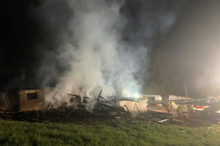Hoher Sachschaden beim Brand eines Bauernhauses in Sihlbrugg Station