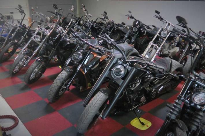 In Dinslaken stellten die Ermittler u.a. 32 Motorräder des Herstellers Harley Davidson sicher