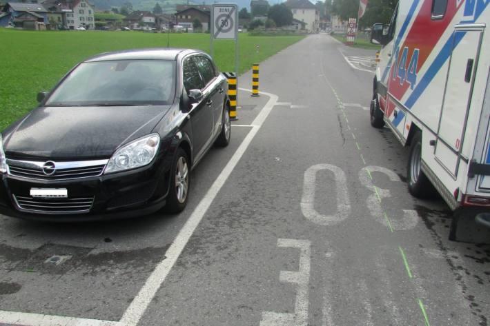 Ein nicht fahrfähiger Velofahrer prallte in Ennenda GL in ein parkiertes Auto.