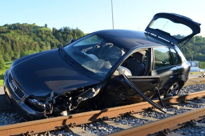 Bei einer Frontalkollision in Bühler wurde ein Audi komplett zerstört.