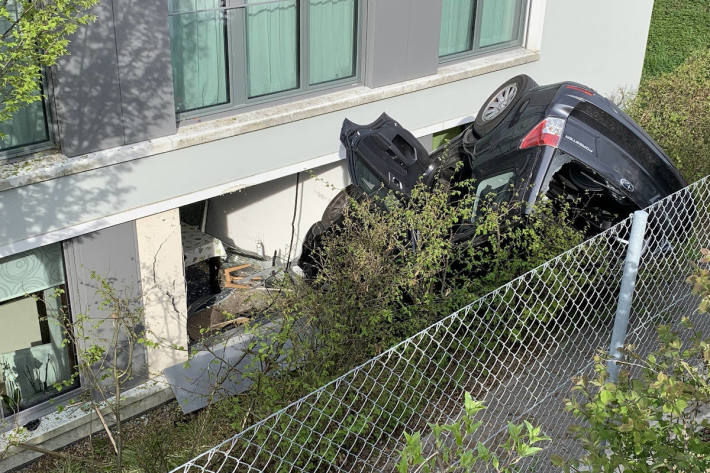 Auto in Uitikon Waldegg in Hausfassade geprallt