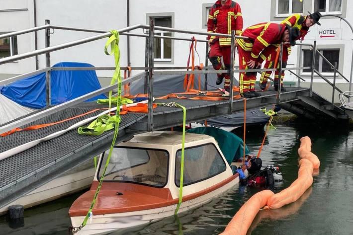 Im Hafen von Brunnen sank ein vertäutes Boot, das von Feuerwehr und Polizeitauchern geborgen werden musste