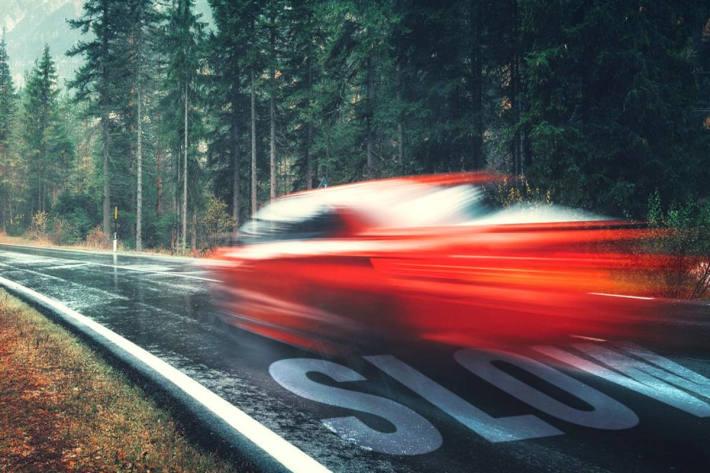 Der erheblich beschädigte Ferrari war nicht mehr fahrbereit und musste in Waldems abgeschleppt werden (Symbolbild)