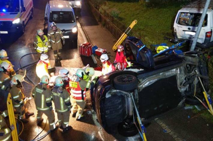 Der Lenker erlitt schwere Verletzungen und musste von der Feuerwehr aus dem Unfallfahrzeug mittels Bergeschere befreit werden