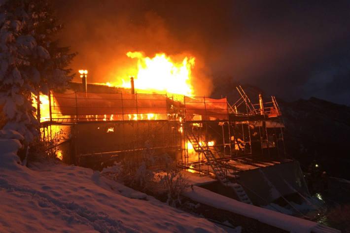 Das Gebäude brannte komplett nieder.