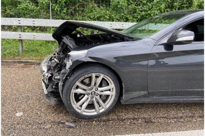 Das Fahrzeug wurde massiv beschädigt.