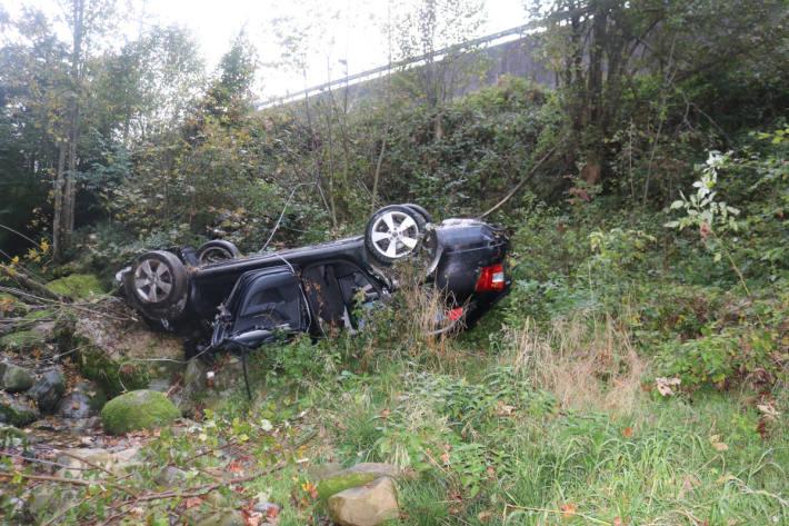 Führerloses Auto in Bachbett gelandet