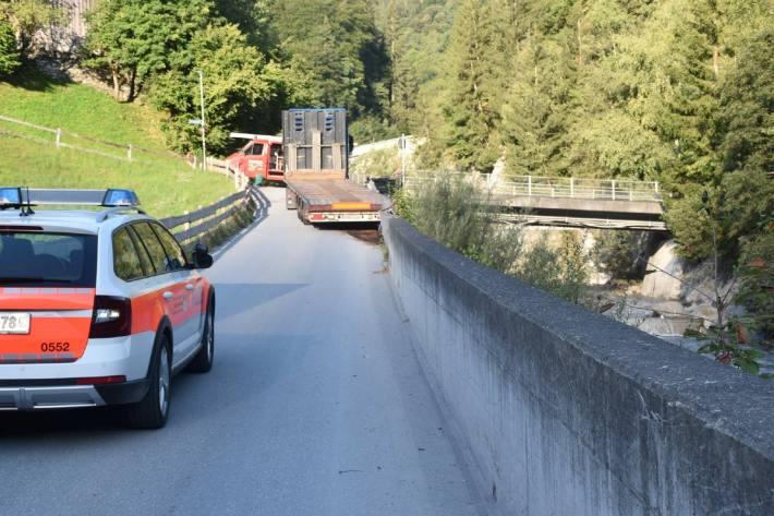 Ein Lastwagen ist heute in Jenaz GR verunglückt.