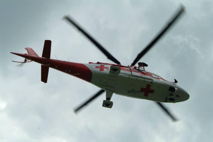 Der Motorradfahrer wurde durch einen Rettungshelikopter der Alpine Air Ambulance ins Spital geflogen (Symbolbild)