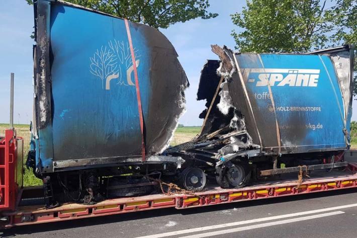 Heute wurde dem Polizeirevier ein brennender Lkw auf der B198 nahe Dambeck mitgeteilt