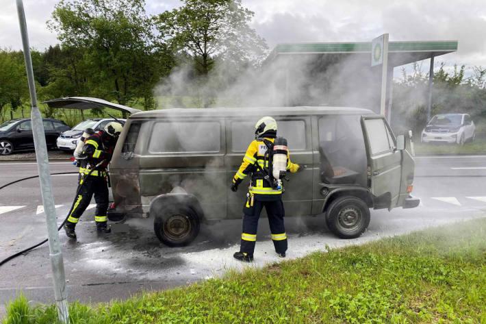 Löscharbeiten am brennendem Fahrzeug auf der Sinserstrasse in Cham