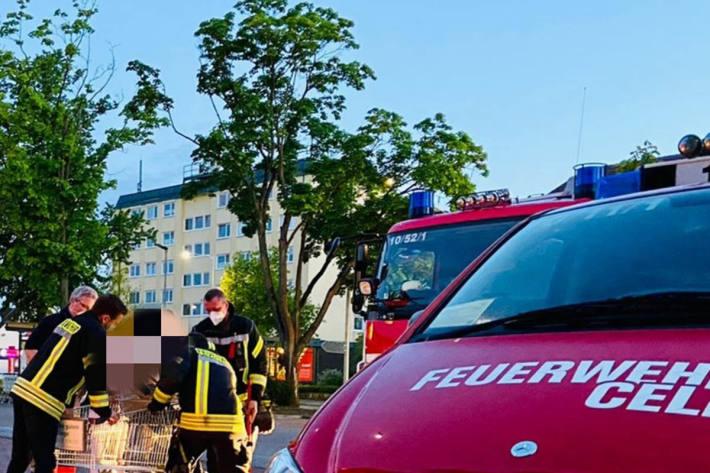 Person in Einkaufswagen in Celle eingeklemmt