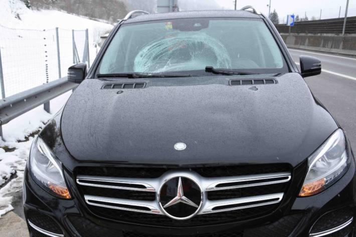 In Wattwil SG wurde durch Schnee eine Frontscheibe zerstört.