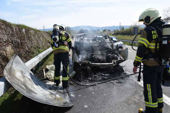 Gestern ist auf der Autobahn N23 das Auto einer 31-jährigen in Brand geraten