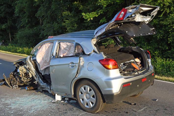 Völlig zerstörtes Fahrzeug bei Rain LU