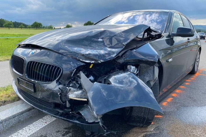 Der BMW wurde bei der Auffahrkollision gestern in Cham ZG massiv beschädigt.