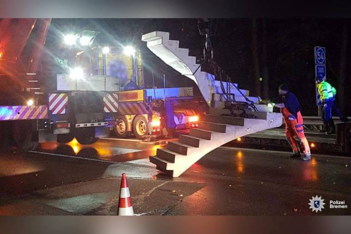 LKW verliert Betontreppe auf der A1