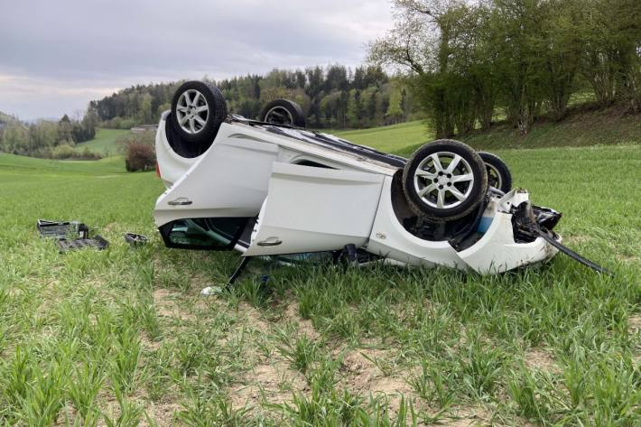 Das Auto mit den drei Insassen landete in Uerkheim AG auf dem Dach.