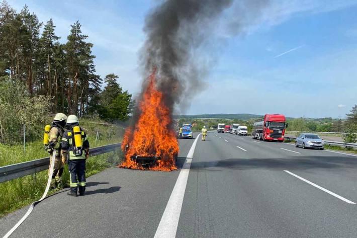 Selbst als der Motorraum komplett in Helmstedt ausgebrannt und abgelöscht war, versuchte dieser weiter zu starten