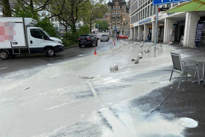 Lieferwagen verliert 21 Farbkübel in St.Gallen