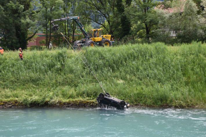 Aufwendige Autobergung aus Linthkanal in Ziegelbrücke