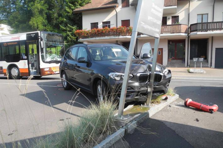Kollision zwischen Linienbus und Personenwagen und Wollerau