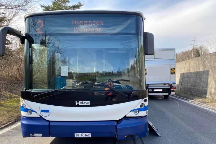 Aufgrund des Unfalls musste in Menzingen der Verkehr im Bereich der Unfallstelle einspurig geführt werden