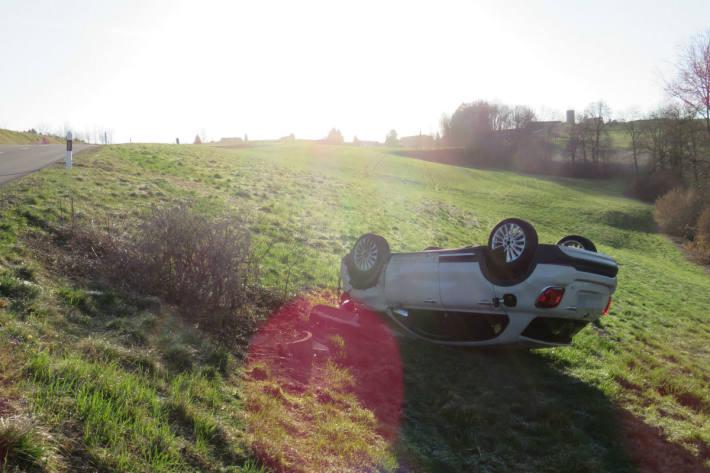 Der Fiat landete auf dem Dach.