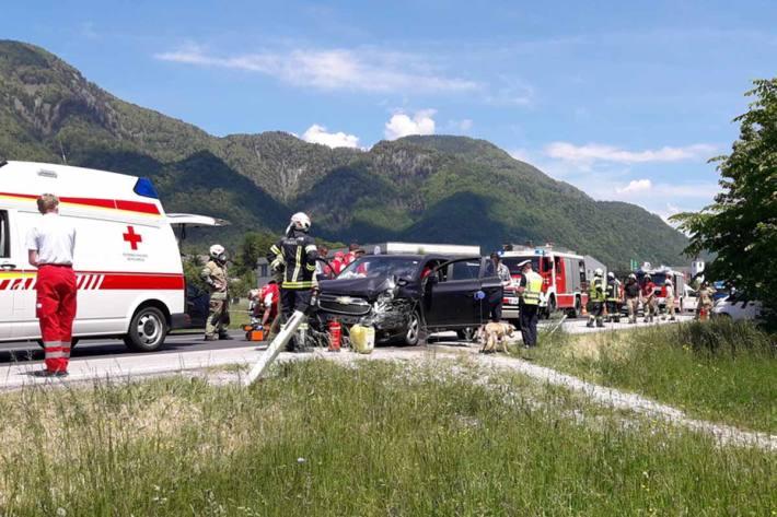Durch die Wucht des Aufpralls wurde in Bad Ischl ein PKW in die Böschung neben der B158 geschleudert
