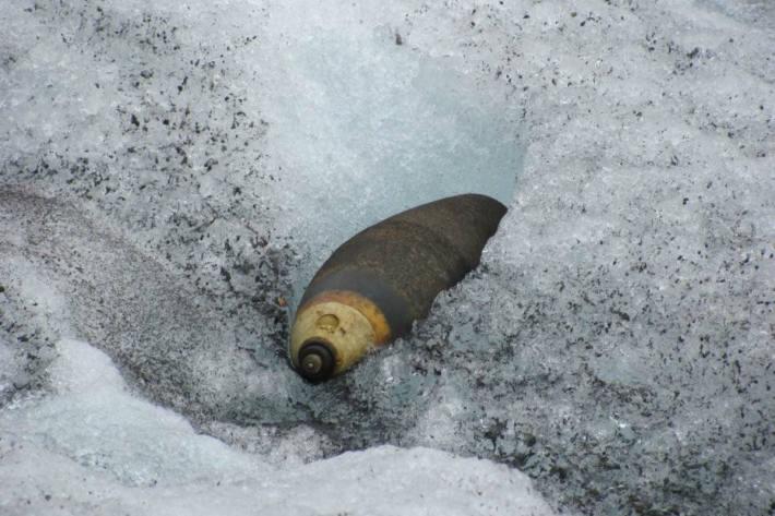 12cm Mw Wurfgranate 68 auf einem Gletscher