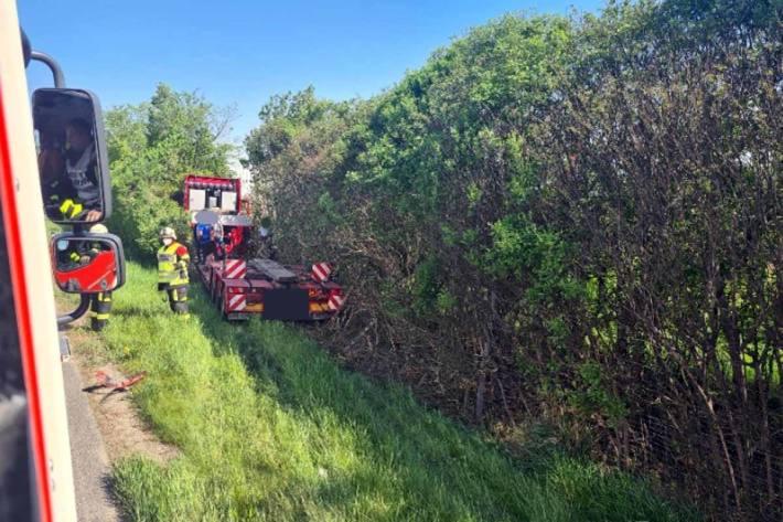 In Premstätten kam der 48-Jährige mit seinem Sattelkraftfahrzeug von der Fahrbahn ab, durchstieß einen Wildzaun und beschädigte auf einer Länge von 25 Metern neben der Straße befindliche Sträucher sowie kleinere Bäume
