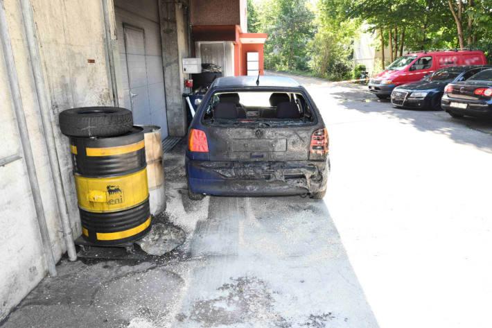 Fahrzeug in Garage in Flammen aufgegangen