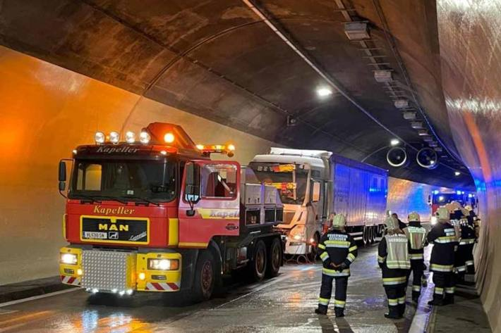 LKW Brand im Tunnel