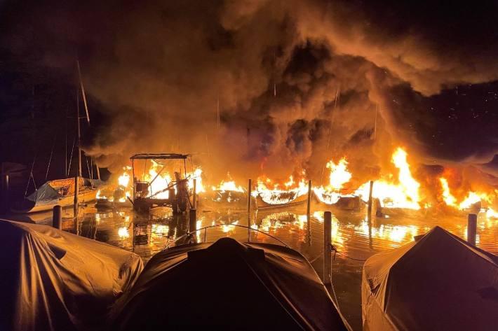 In Lachen SZ wütete in der nacht auf den 30. August ein Brand im Hafen.