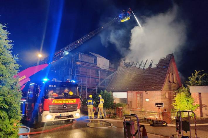 Löscharbeiten bei Dachstuhlbrand eines Abbruchhauses in Henstedt-Ulzburg