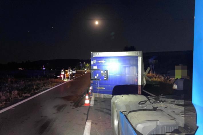 In Brunegg AG verunfallte gestern ein Zugfahrzeug mit Anhänger.