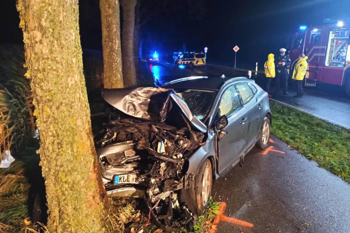 Gegen Baum geprallt – Fahrzeuginsassen schwer verletzt