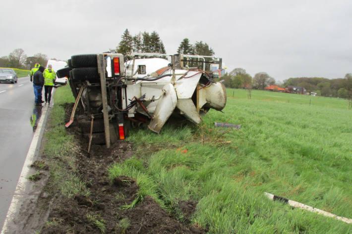 Betonmischfahrzeug geriet in Straßengraben bei Varel