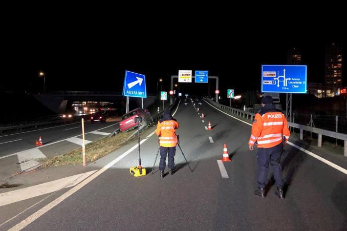 Auto prallt gegen die Ausfahrtssignalisation auf der A13 bei Chur