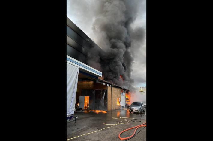 Brandfall in einer Autowerkstatt erfordert Feuerwehreinsatz in Aesch