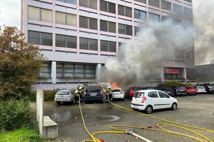 Zwei Personenwagen in Muttenz durch Feuer komplett zerstört