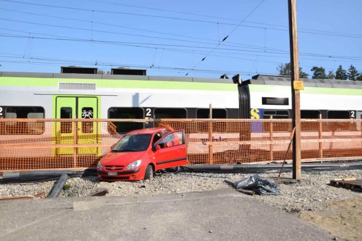 In Biberist SO hat gestern eine Autolenkerin einen Fahrradfahrer überfahren und ist dann mit dem Zug kollidiert.