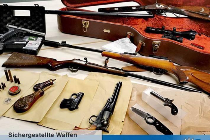 """Nach einer ersten Bewertung dürfte es sich bei einigen der Gewehre, Pistolen und Revolver um """"scharfe"""" und schussbereite Waffen handeln"""