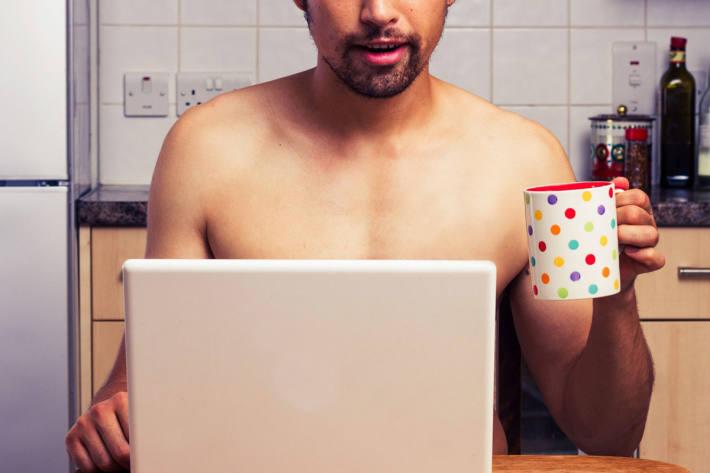 Sextortion bezeichnet eine Erpressungsmethode, bei der eine Person mit Videomaterial erpresst wird, das sie beim Vornehmen sexueller Handlungen oder nackt zeigt