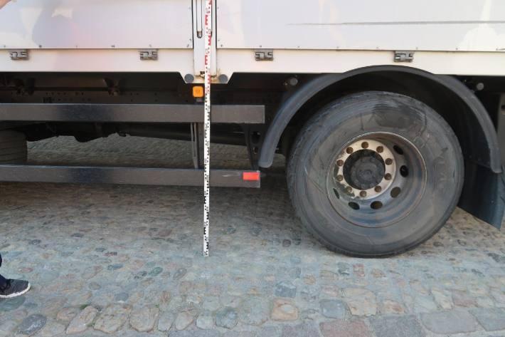 Am Lastwagen entstand praktisch kein Schaden.