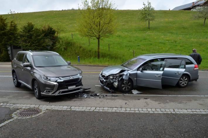 Beim Unfall in Speicher AR war eine Fahrzeuglenkerin wegen dem Mobiltelefon abgelenkt.